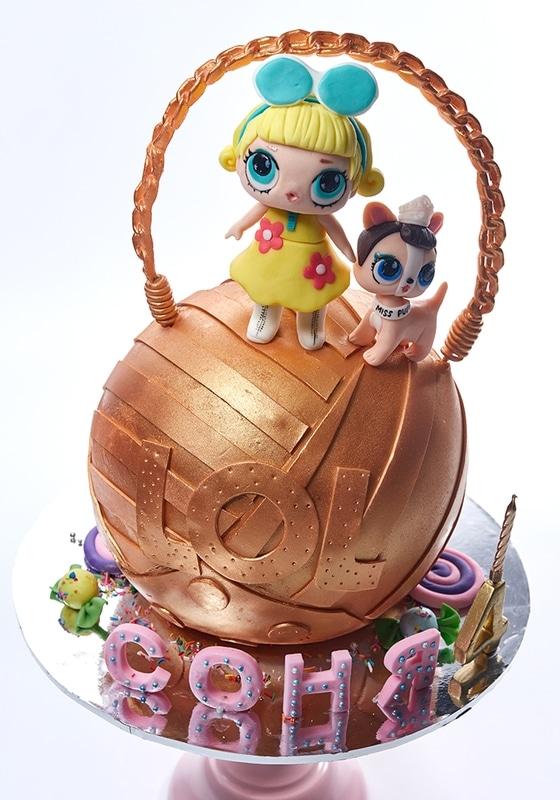Торт золотой шар с куклой Лол