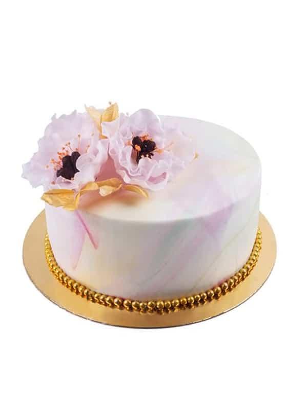 Свадебный торт с цветными разводами и розовыми цветами