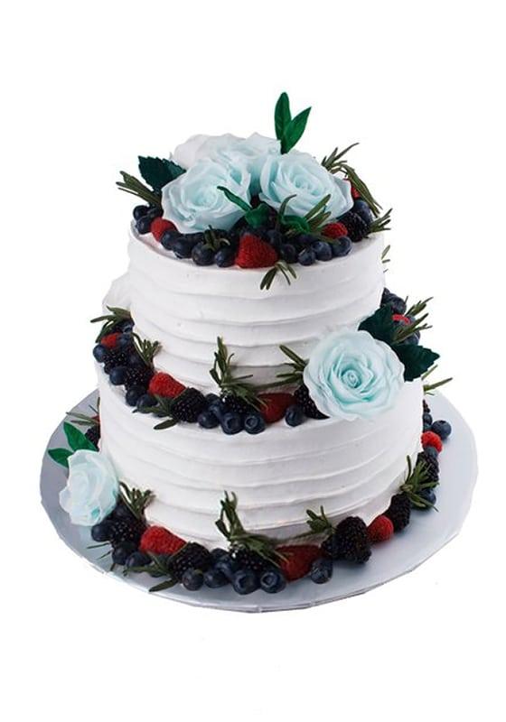 Свадебный торт с Голубыми розами и ягодами
