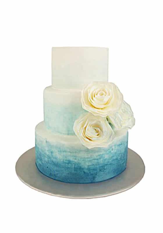 Свадебный торт Синий омбре с розами