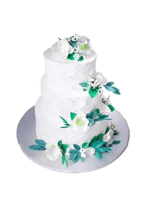 Свадебный торт в сливках с цветами из мастики