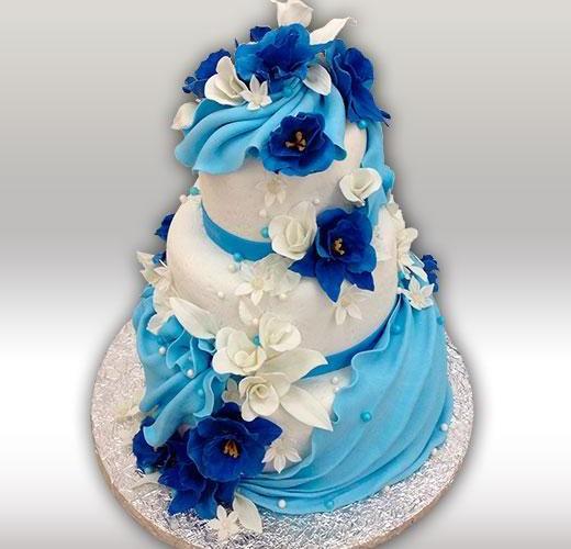 Свадебный торт с синими цветами